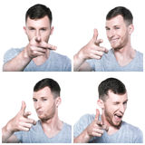 Junger Mann, der seinen Finger auf Sie zusammengesetzt zeigt Stockfoto