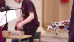 Junger Mann, der seinen hexapod Roboter DIY hält Schuss 4k Stockfotos