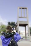 Junger Mann, der seinen Smartphone verwendet, um einen pic zu schießen Stockfotos