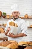 Junger Mann, der an seiner Bäckerei arbeitet lizenzfreie stockfotografie