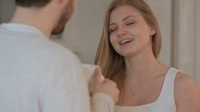 Junger Mann, der seiner Frau einen Kuss des guten Morgens gibt stock video