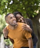 Junger Mann, der seiner Freundin ein Doppelpol gibt stockfoto