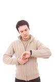 Junger Mann, der seins Uhr konsultiert Stockfotografie