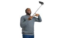 Junger Mann, der selfie Foto im Studio macht Lizenzfreie Stockfotos