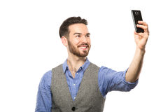 Junger Mann, der selfie Foto mit Smarttelefon macht Lizenzfreie Stockfotografie