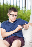 Junger Mann, der sms überprüft Lizenzfreie Stockfotografie