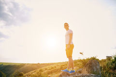 Junger Mann, der sonnigen Sommertag lächelt und genießt Lizenzfreie Stockbilder