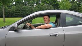 Junger Mann, der Sport-Auto antreibt Stockfoto