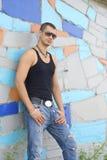 Junger Mann in der Straßenabnutzung Stockfoto