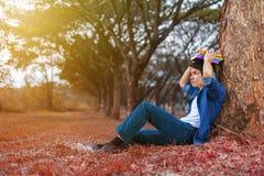 Junger Mann in der Stresssituation, wenn ein Buch im Park gelesen wird stockbild