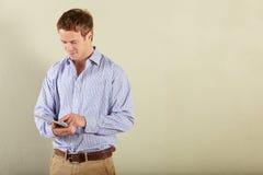 Junger Mann, der Tablette-Computer verwendet Stockfoto