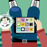 Junger Mann, der Tabletten-PC mit Kaffeepause hält Lizenzfreie Stockbilder