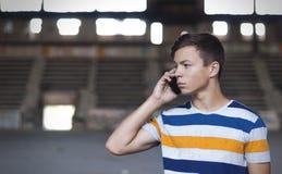 Junger Mann, der am Telefon im Altbau spricht Lizenzfreie Stockfotografie