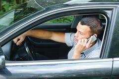 Junger Mann, der am Telefon spricht Stockfotos