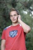 Junger Mann, der am Telefon spricht Stockbilder