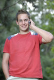 Junger Mann, der am Telefon spricht Lizenzfreie Stockfotos