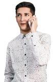 Junger Mann, der am Telefon spricht Lizenzfreies Stockfoto