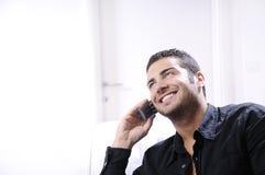 Junger Mann, der Telefon verwendet stockfotos