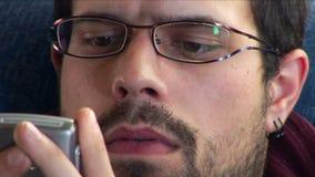 Junger Mann, der Telefon verwendet stock video