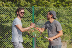 Junger Mann, der Tennis auf der öffentlichen Sitzung spielt Lizenzfreies Stockbild