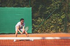 Junger Mann, der Tennis auf der öffentlichen Sitzung spielt Lizenzfreie Stockbilder