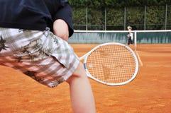 Junger Mann, der Tennis spielt Lizenzfreie Stockfotos
