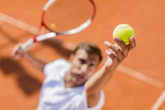 Junger Mann, der Tennis spielt Stockfotos