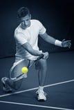Junger Mann, der Tennis spielt Stockbilder