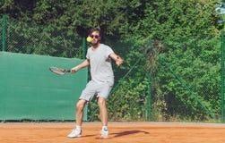 Junger Mann, der Tennis spielt Lizenzfreie Stockfotografie