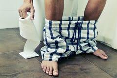 Junger Mann in der Toilette Lizenzfreie Stockfotografie