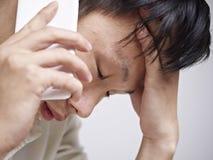 Junger Mann, der traurig und deprimiert schaut Stockbild