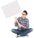 Junger Mann, der unbelegtes Plakat anhält lizenzfreie stockfotos
