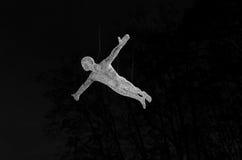 Junger Mann, der unten auf Himmelhintergrund fällt Lizenzfreies Stockfoto