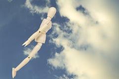 Junger Mann, der unten auf Himmelhintergrund fällt Lizenzfreie Stockfotografie