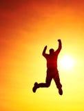 Junger Mann, der unten auf Himmelhintergrund fällt Junger Mann, der unten auf Himmelhintergrund fällt Lizenzfreie Stockfotografie