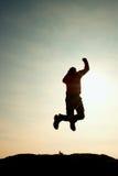 Junger Mann, der unten auf Himmelhintergrund fällt Junger Mann, der unten auf Himmelhintergrund fällt Stockbilder
