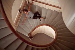 Junger Mann, der unten die steile Treppe fällt Lizenzfreies Stockbild