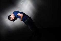 Junger Mann, der unter den schweren Bauchschmerz leidet Stockbild