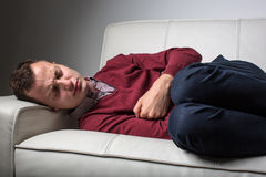 Junger Mann, der unter den schweren Bauchschmerz leidet Lizenzfreie Stockbilder