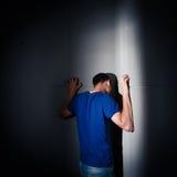 Junger Mann, der unter einer schweren Krise, Angst leidet Stockbild