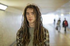 Junger Mann in der Untergrundbahn Lizenzfreie Stockbilder