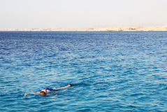 Junger Mann, der Unterwasserlebensdauer erforscht lizenzfreies stockbild