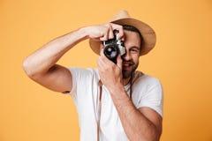 Junger Mann, der versucht, Foto zu machen Stockbilder
