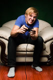 Junger Mann, der Videospiele spielt Stockbild