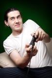 Junger Mann, der Videospiele spielt Stockfotos