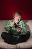 Junger Mann, der Videospiele spielt Lizenzfreie Stockfotografie