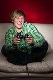 Junger Mann, der Videospiele spielt Stockfoto
