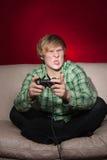 Junger Mann, der Videospiele spielt Lizenzfreies Stockfoto