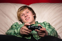 Junger Mann, der Videospiele spielt Lizenzfreies Stockbild
