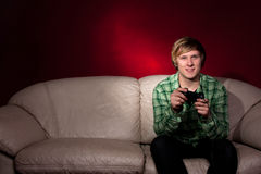 Junger Mann, der Videospiele spielt Lizenzfreie Stockfotos